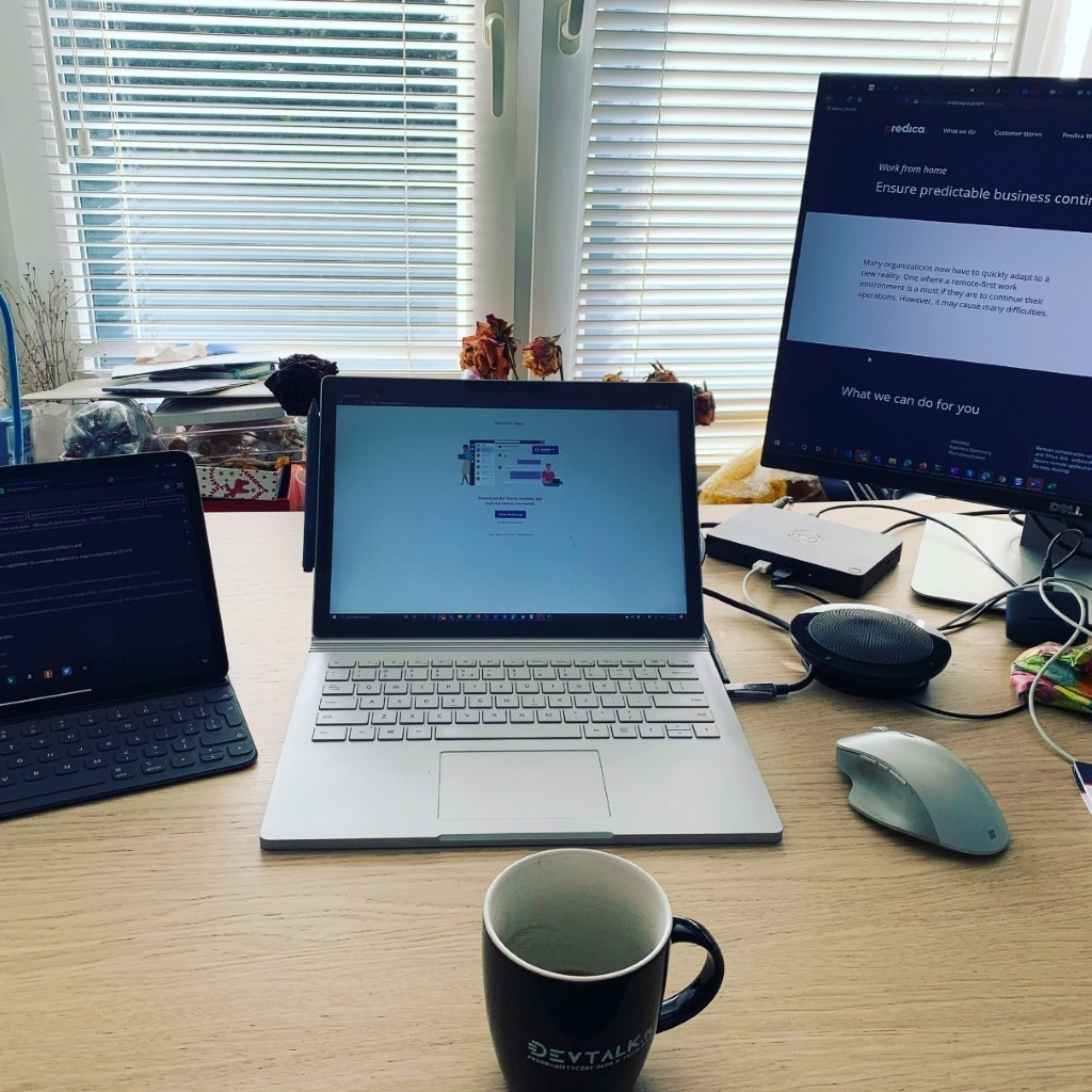 The desk setup of Tomasz Onyszko